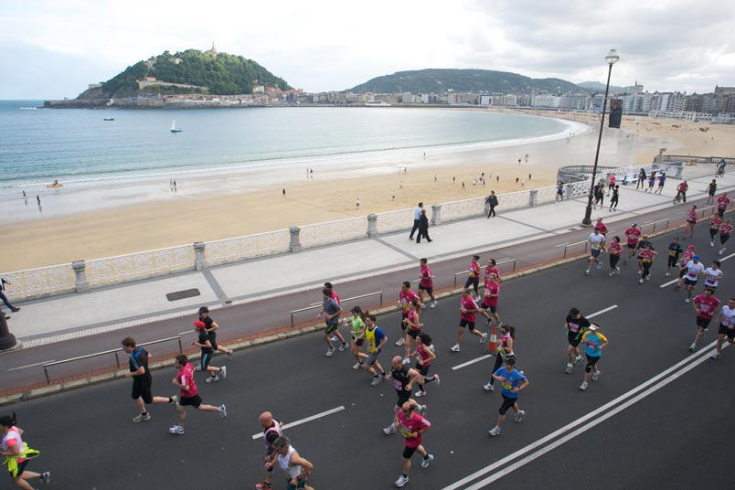 Marathon runners arriving at the neighborhood of Antiguo. Behind them is the Concha Bay